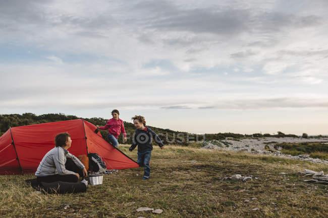 Campement de famille sous le ciel couvert dans Torekov, Suède — Photo de stock