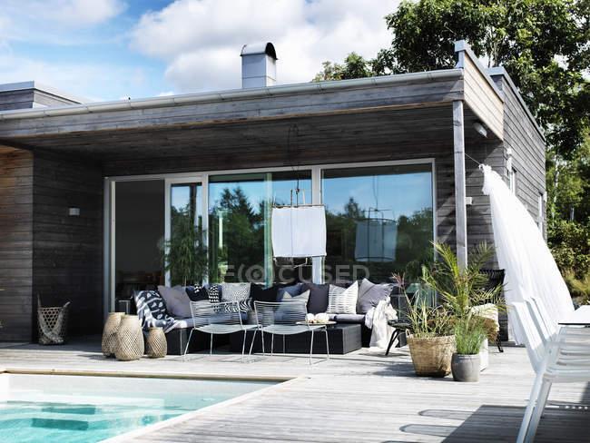 Casa moderna exterior com piscina — Fotografia de Stock