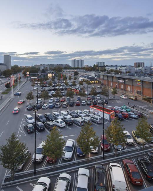 Vista elevada del estacionamiento, enfoque selectivo - foto de stock