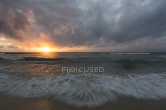 Vista panorámica de la playa al atardecer en Kenia, África - foto de stock