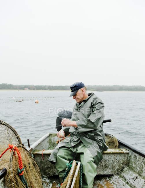 Uomo che pesca in mare, concentrarsi sulle conoscenze acquisite — Foto stock