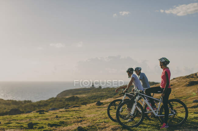Group of friends out mountain biking — Stock Photo