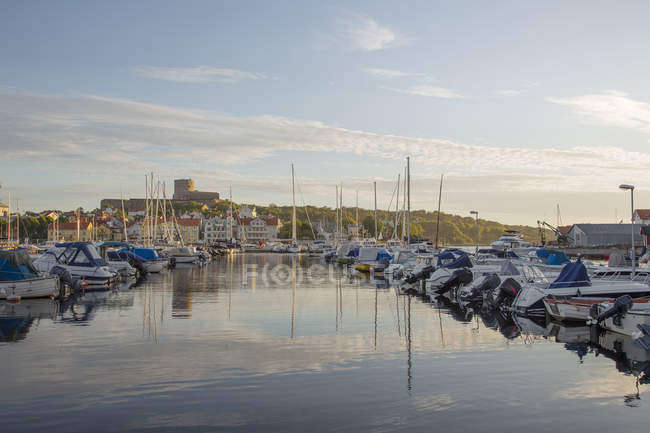 Marina con veleros en el mar al atardecer - foto de stock