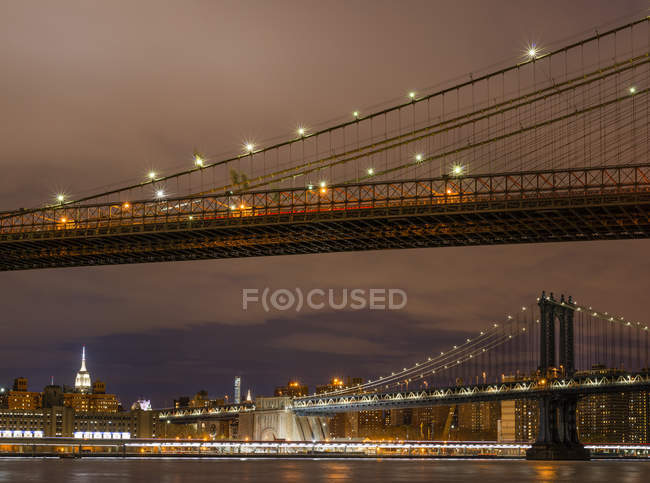 Beleuchteten Brooklyn und Manhattan Brücken, New York city — Stockfoto