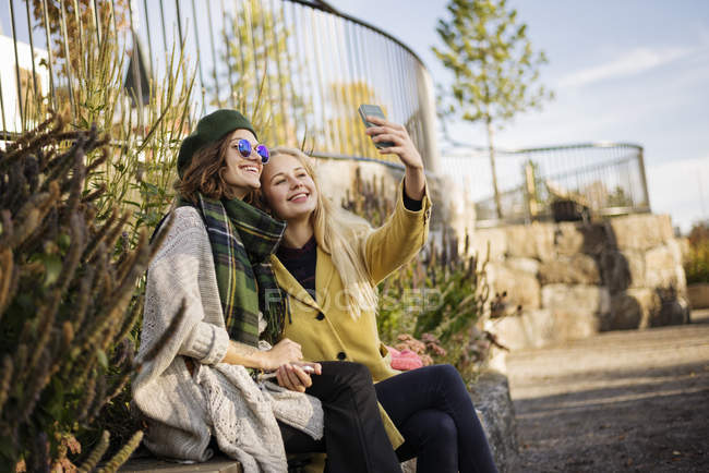 Two young women taking selfie, focus on foreground — Stockfoto