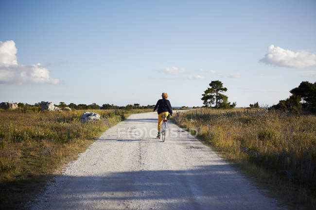 Rear view of woman cycling outdoors — Stock Photo