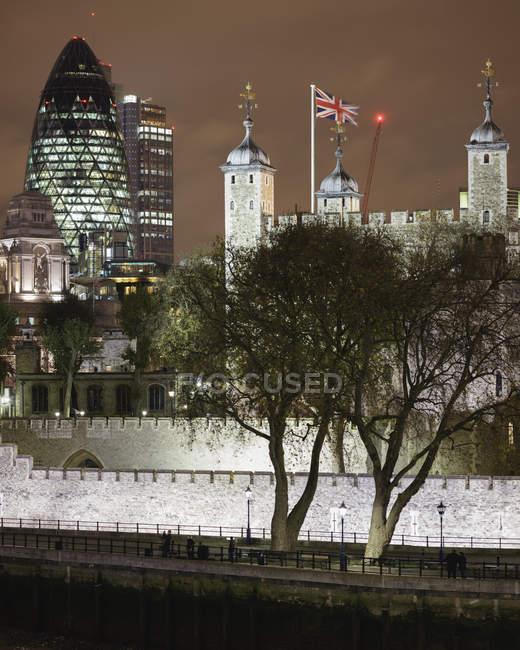 Лондонський Тауер і освітленій в центрі міста район вночі — стокове фото