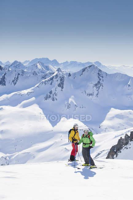 Skiers standing in mountain at Andermatt, Switzerland - foto de stock