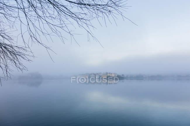Vista panorâmica do mar nebuloso, escandinávia — Fotografia de Stock