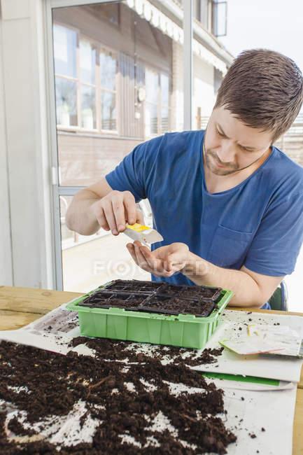 Uomo semina piante, messa a fuoco selettiva — Foto stock