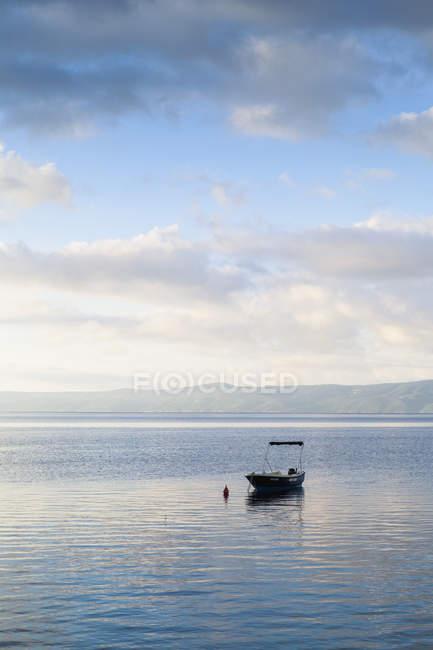 Якорь на якоре в море, восточная Европа — стоковое фото