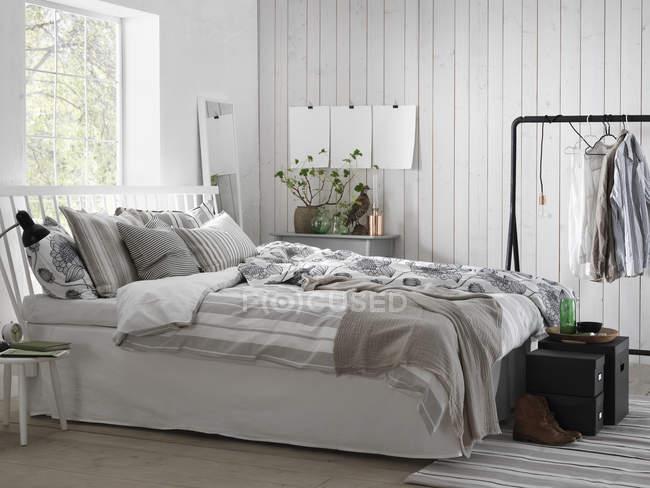 Camera da letto moderna bianca, interno casa — Foto stock