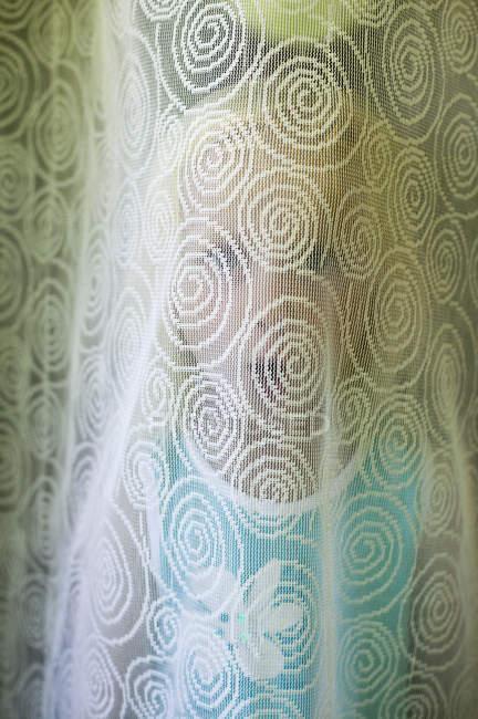 Porträt von Mädchen versteckt sich hinter Vorhang — Stockfoto