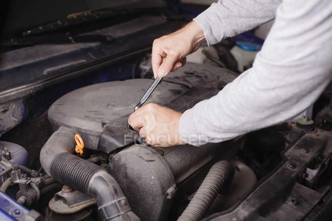 Ansicht von männlichen Händen Festsetzung Auto beschnitten — Stockfoto