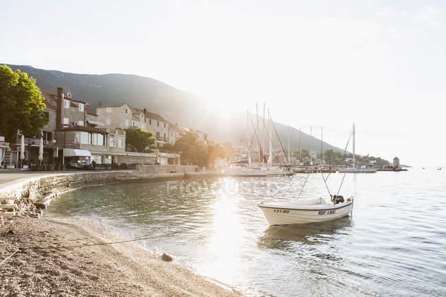 Живописный вид лодки, стоящей на якоре в гавани, избирательный фокус — стоковое фото