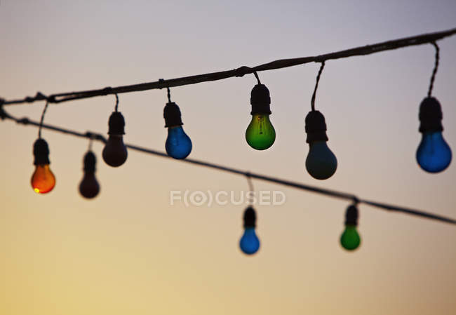 Light bulbs hanging, focus on foreground — Stock Photo