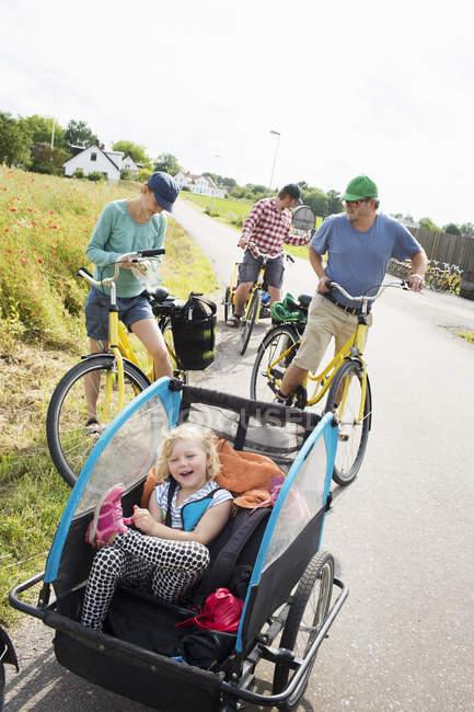 Ciclismo familiar en el campo, enfoque en primer plano - foto de stock