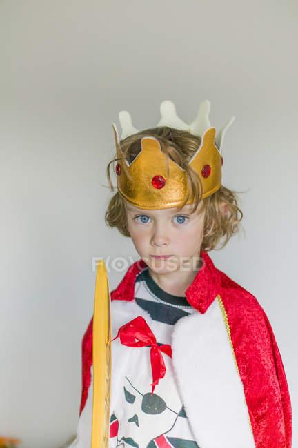 Портрет хлопчика в kings костюм, вибіркове фокус — стокове фото