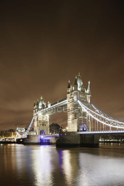 Enluminés Tower Bridge sur la Tamise à Londres dans la nuit — Photo de stock
