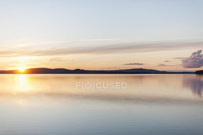 Vue panoramique sur le coucher du soleil sur le lac, Torrvarpen — Photo de stock