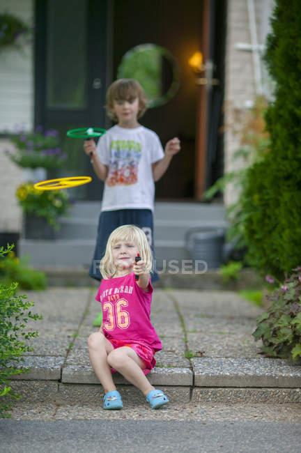 Geschwister spielen vor dem Haus, selektiver Fokus — Stockfoto