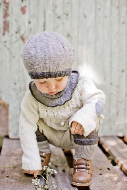 Хлопчик тримає квітка, диференціальні фокус — стокове фото