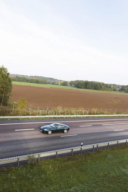 Vista de alto ângulo do carro na estrada do país — Fotografia de Stock