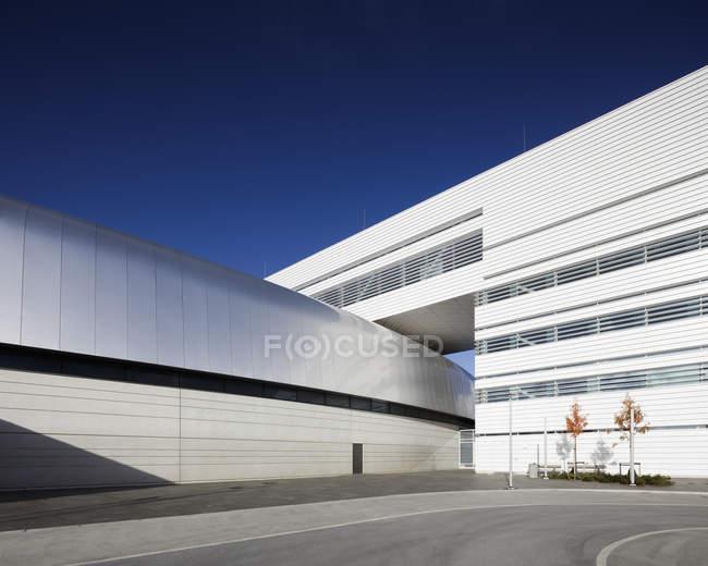 Edificio moderno de laboratorio Iv Max blanco - foto de stock
