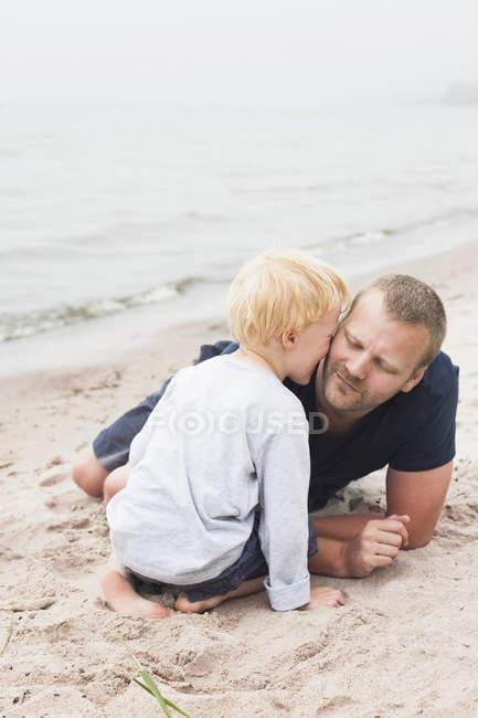 Père embrassant le fils sur le poussin, foyer sur le premier plan — Photo de stock