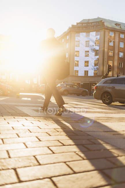 Homem na rua ao pôr do sol, foco seletivo — Fotografia de Stock