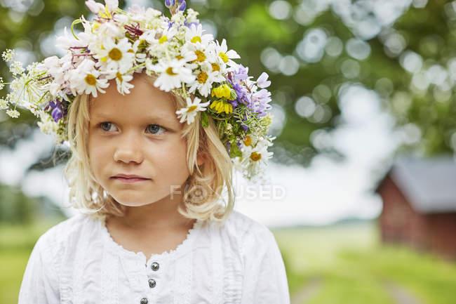 Дівчата носіння квітка корони, зосередити увагу на передньому плані — стокове фото