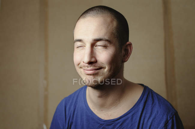 Portrait of man with closed eyes, focus on foreground — Stock Photo