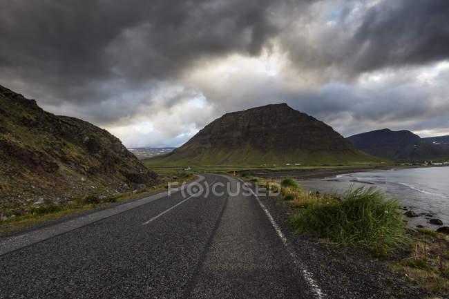 Сільська дорога з видом на гори в Ісландії — стокове фото