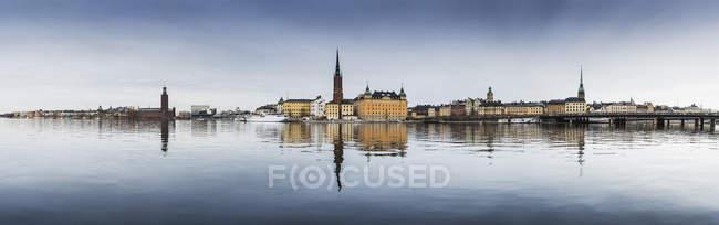 Vista sull'acqua fino allo storico Gamla Stan in Svezia — Foto stock