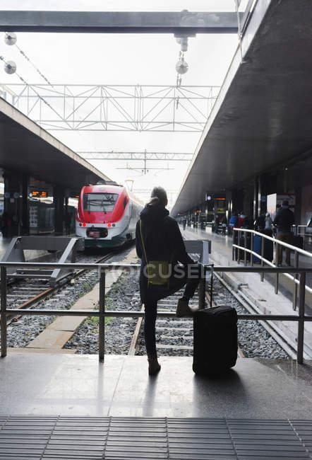 Senior woman looking at passenger train — Stock Photo