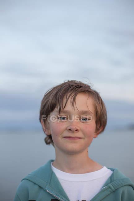 Retrato de menino ao ar livre ao entardecer, foco seletivo — Fotografia de Stock