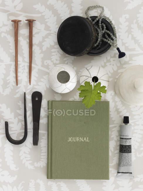 Повышенные вид книги и другие предметы на столе — стоковое фото