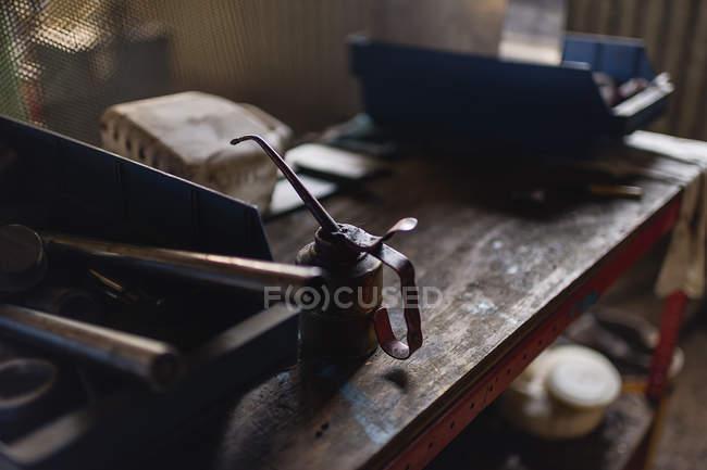 Ferramentas de trabalho na tabela, foco diferencial — Fotografia de Stock