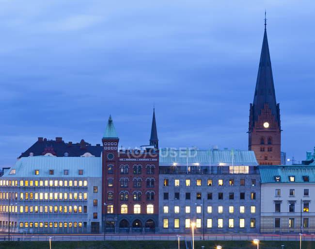 Außenseite des beleuchteten Gebäuden in Nordeuropa — Stockfoto