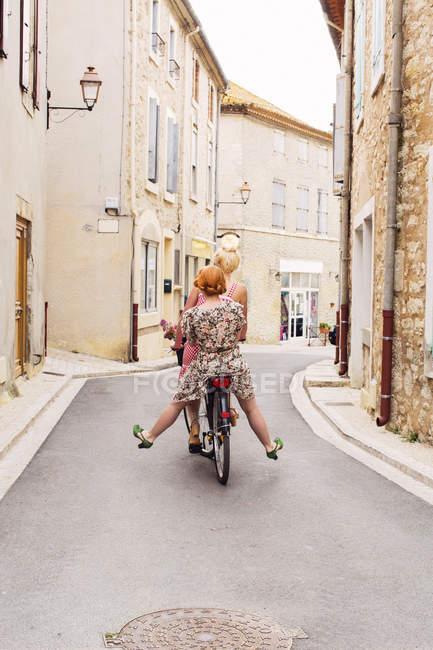 Duas mulheres andando de bicicleta juntos, diferencial foco — Fotografia de Stock