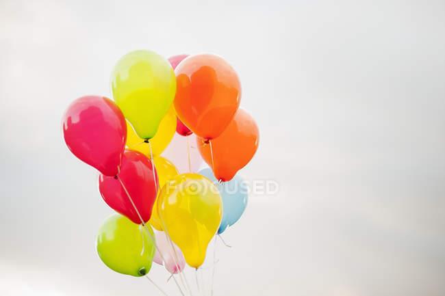 Комплект шаров против пасмурное небо, фокус на переднем плане — стоковое фото