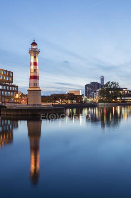 Leuchtturm und Stadtbild in der Abenddämmerung, Nordeuropa — Stockfoto