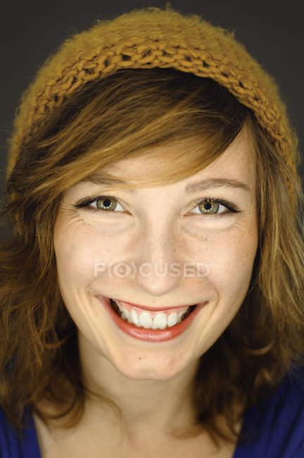 Ritratto di giovane donna sorridente, attenzione al primo piano — Foto stock