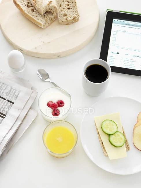 Підвищені подання сніданок, готові до вживання — стокове фото