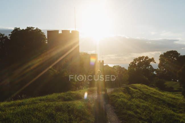 Rayo de sol sobre el muro de la ciudad en Visby, enfoque selectivo - foto de stock