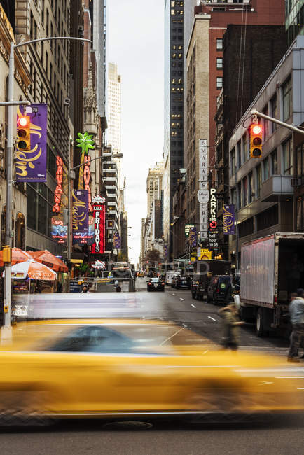 Blurred yellow taxi in New York City, selective focus — Stockfoto