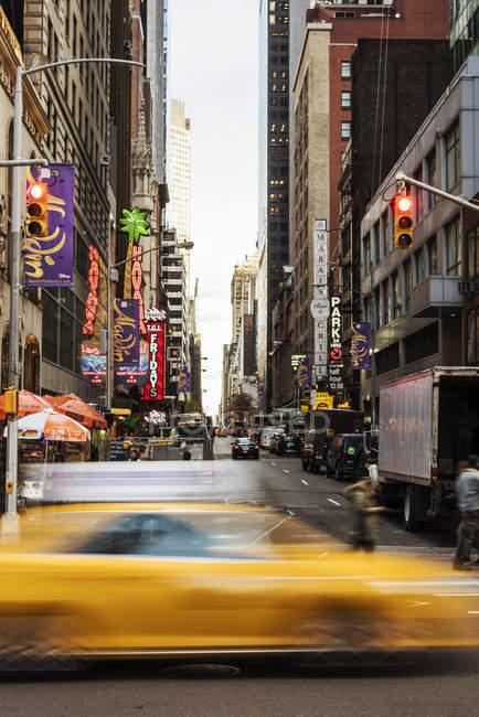 Taxi giallo sfocato a New York, focus selettivo — Foto stock
