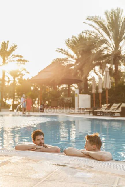 Чоловіків, розслаблюючий басейн, зосередитися на передньому плані — стокове фото