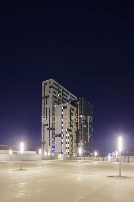 Уличные фонари и экстерьер здания в сумерках — стоковое фото