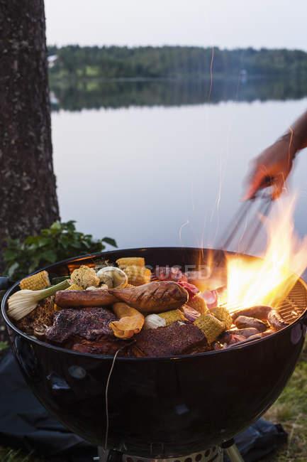 Homem preparando comida na churrasqueira, movimento turva — Fotografia de Stock